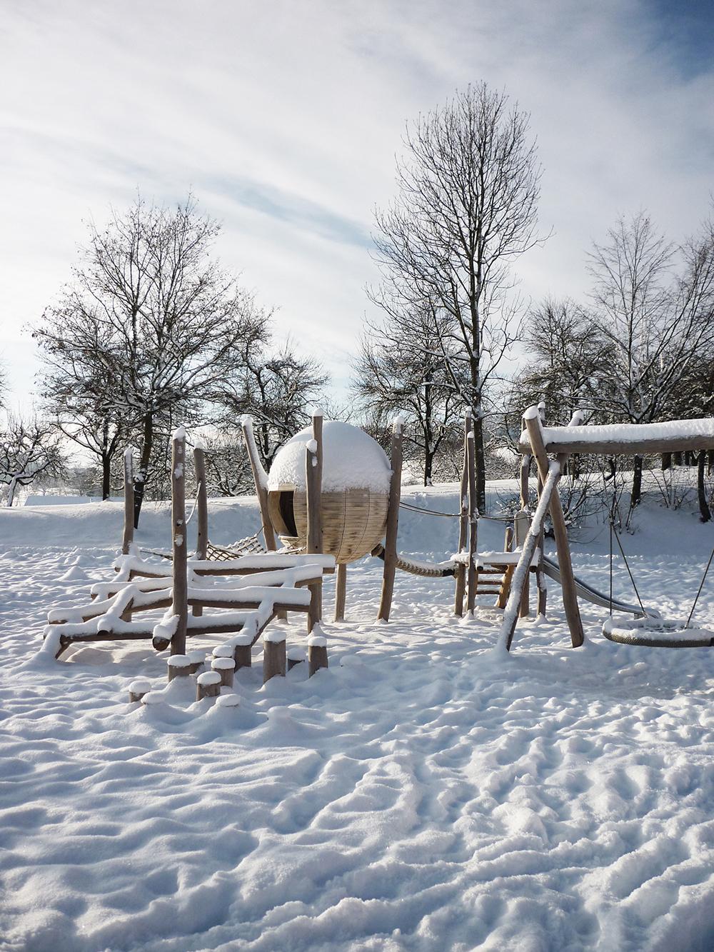 Spielkugel im Schnee